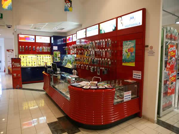 Arredamenti negozi di elettronica telefonia computer for Montaggio arredamenti negozi