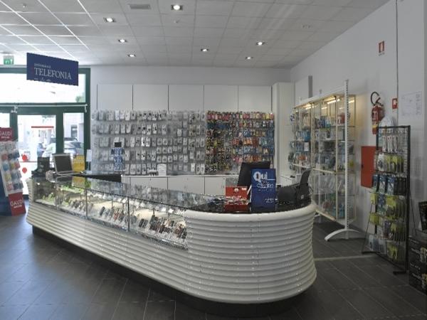 Arredamenti negozi di elettronica telefonia computer for Arredamento ferramenta