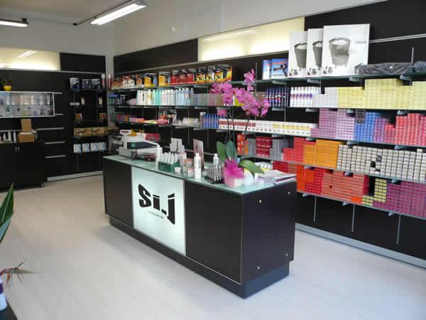 Arredamenti profumerie scaffali negozi progettazione for Arredo profumeria